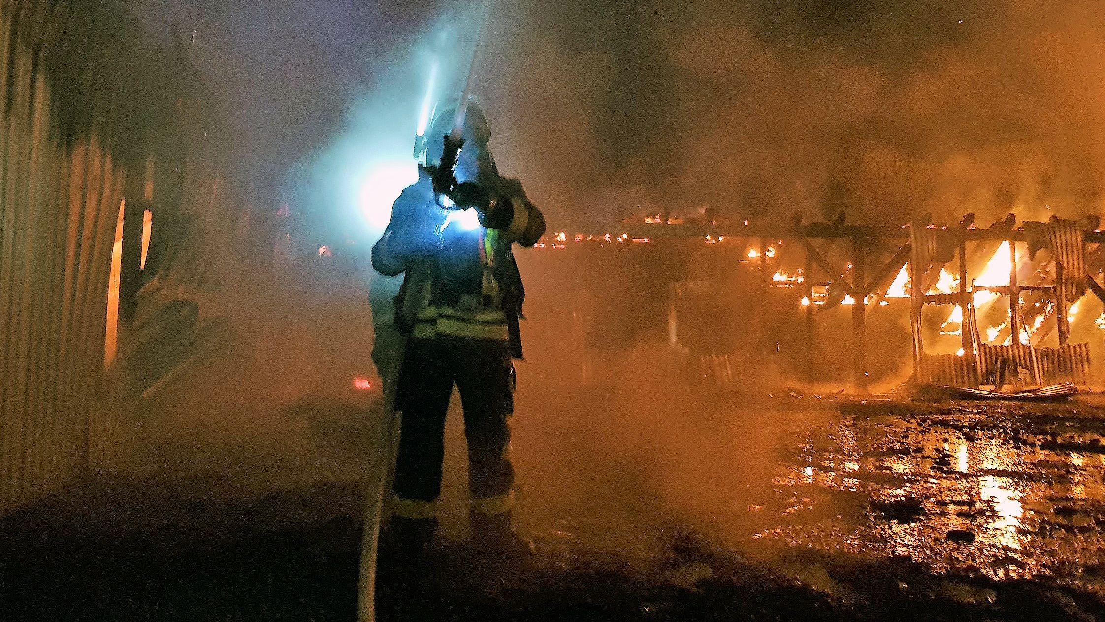 Mehr als 200 Feuerwehrleute waren in der Nacht zum Donnerstag beidem Großbrand in Waldmünchen im Einsatz.