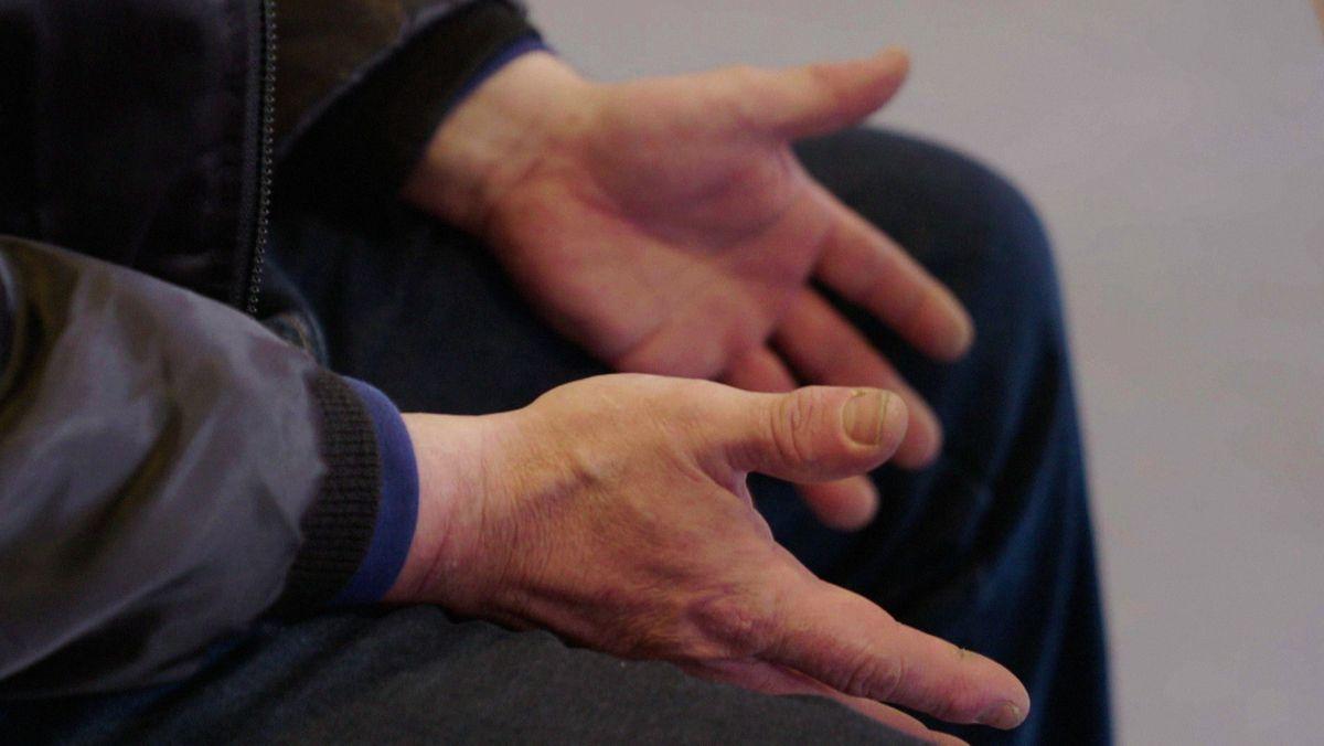 Leere Hände - wenn das Geld einfach nicht mehr ausreicht um das Nötigste zu bezahlen, kann die Schuldnerberatung helfen, einen Weg aus den Schulden aufzuzeigen