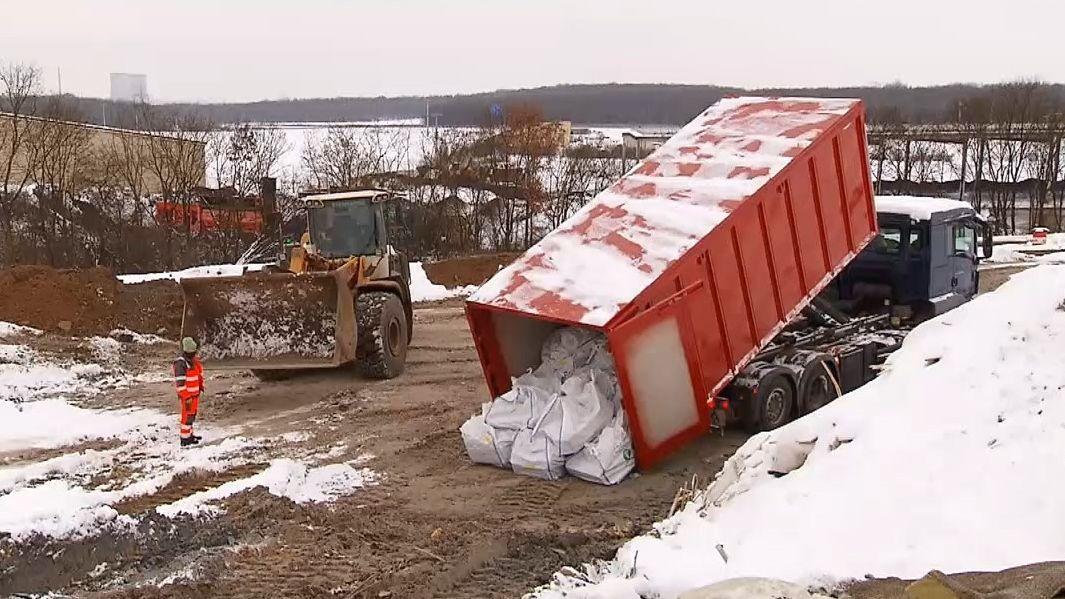Freigemessener Müll wird auf einer Mülldeponie abgeladen.