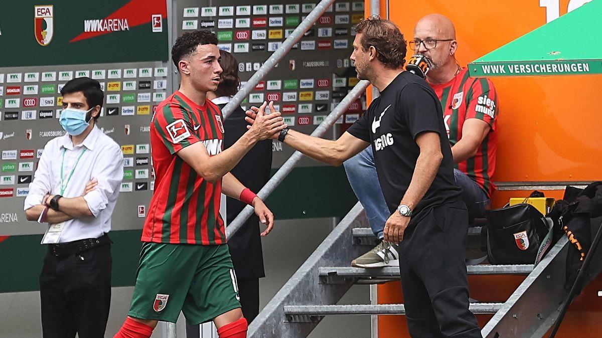 Trainer Markus Weinzierl klatscht mit Angreifer Ruben Vargas ab