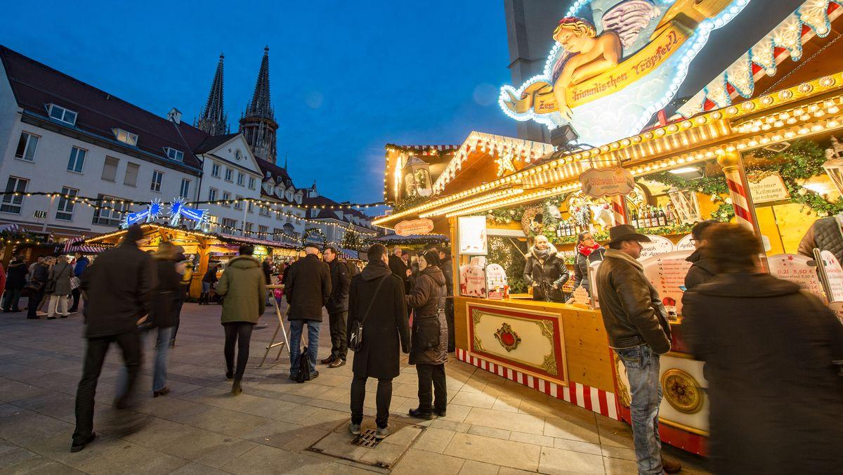 Viele Besucher auf dem Regensburger Weihnachtsmarkt im Jahr 2015.