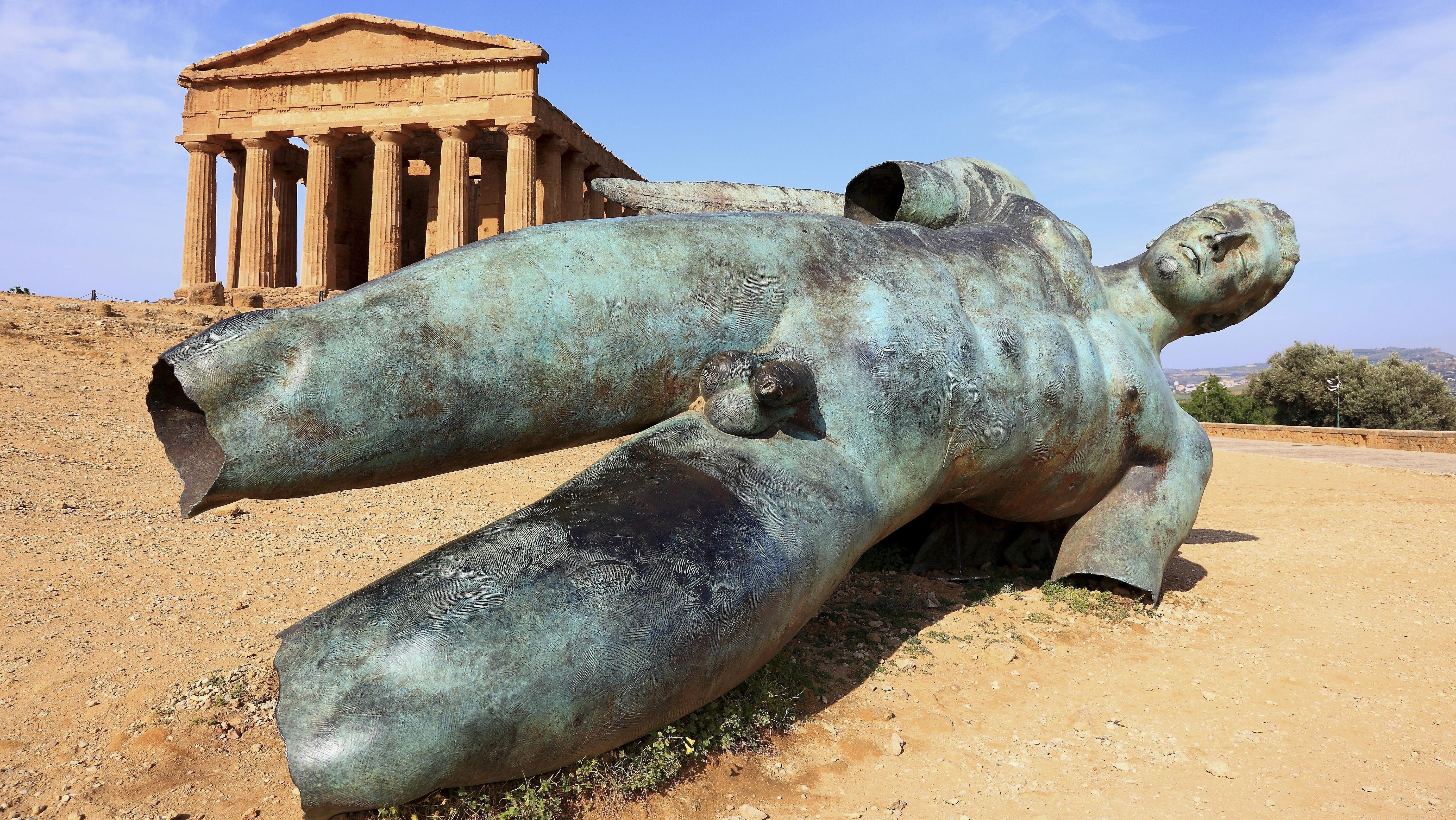 Die Skulptur des abgestürzten Ikarus vor dem Concordia-Tempel in Agrigent, Sizilien