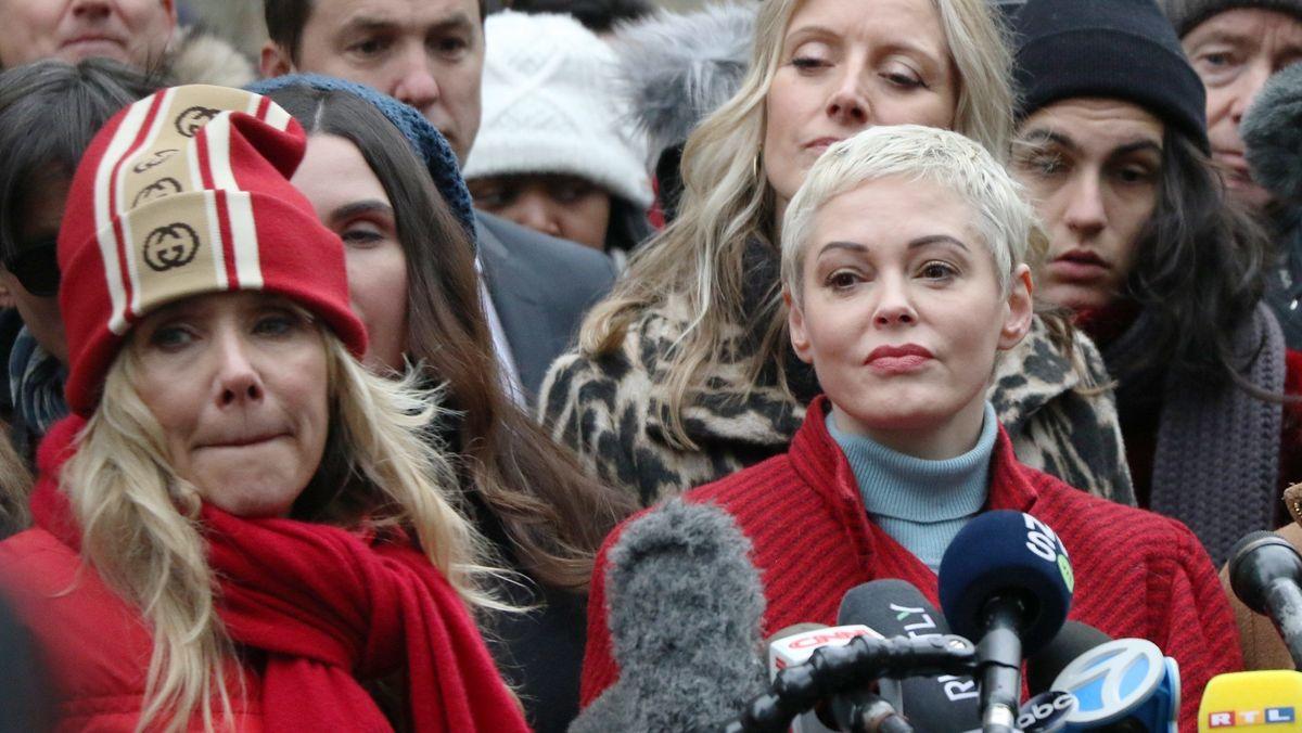 Rosanna Arquette und Rose McGowan bei einem Pressestatement vor dem Gerichtsgebäude