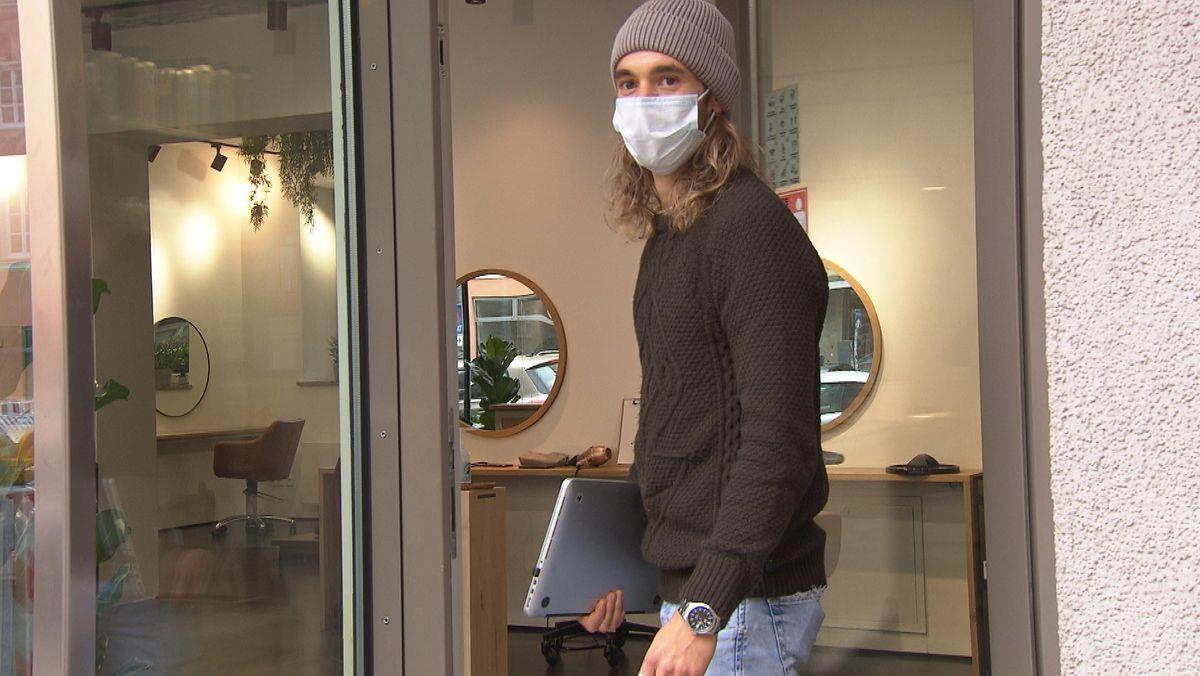 Nico Rapp vor seinem Co-Working-Friseursalon in München