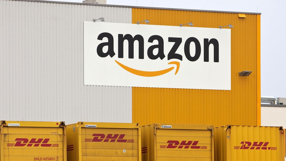 Halle mit Amazon-Logo