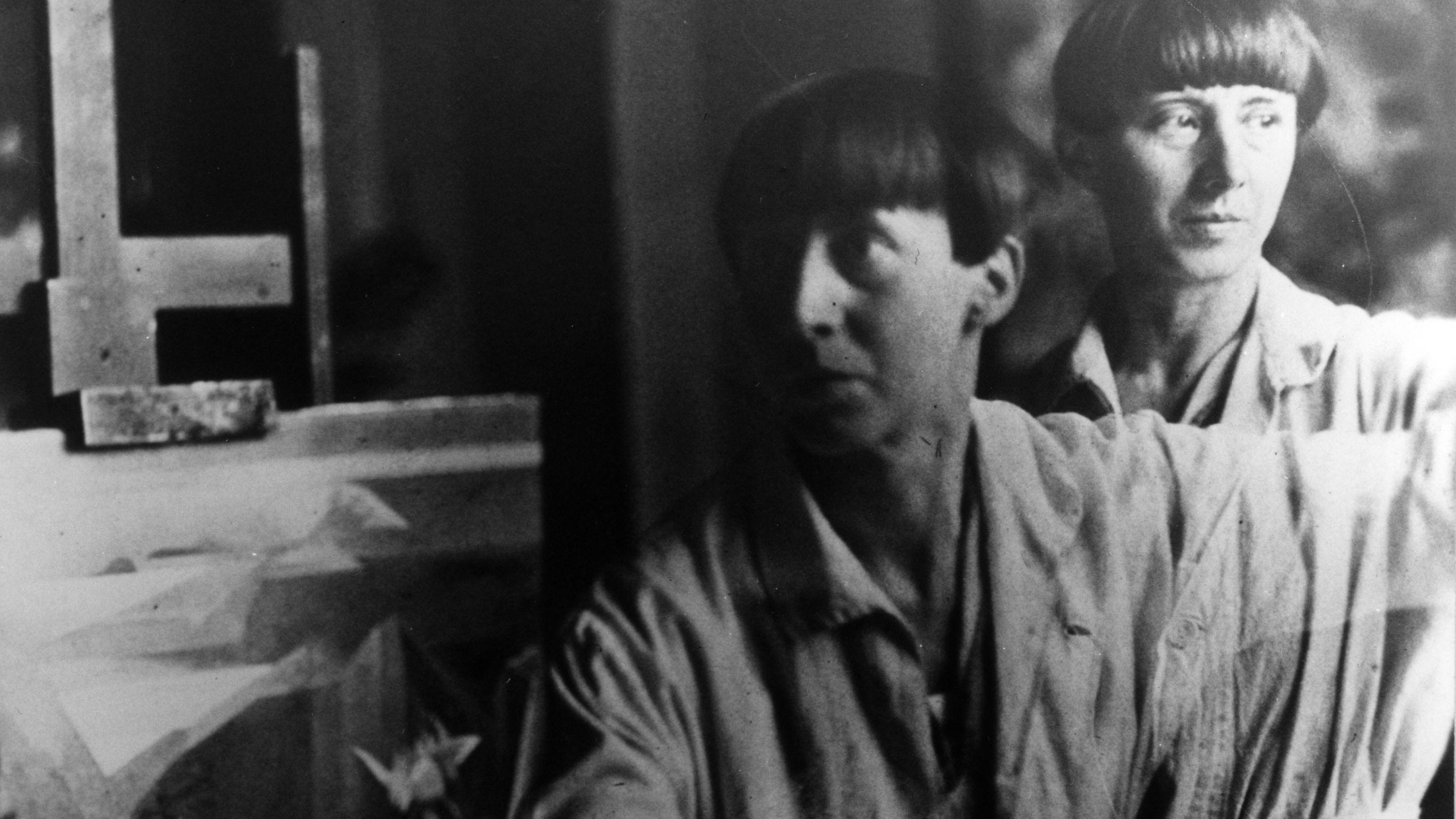 Hannah Hoech in ihrem Atelier um 1930, doppelt belichtet (Ausschnitt)