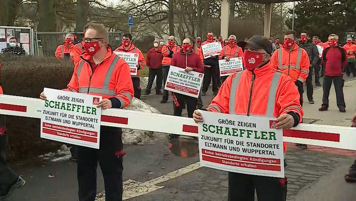Proteste von Schaeffler-Mitarbeitenden vor dem Schaeffler Werk in Eltmann