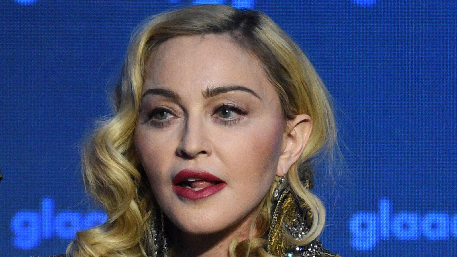 """Archivbild: Die US-amerikanische Sängerin Madonna nimmt den """"Advocate for Change-Award"""" bei den 30. jährlichen GLAAD Media Awards entgegen."""