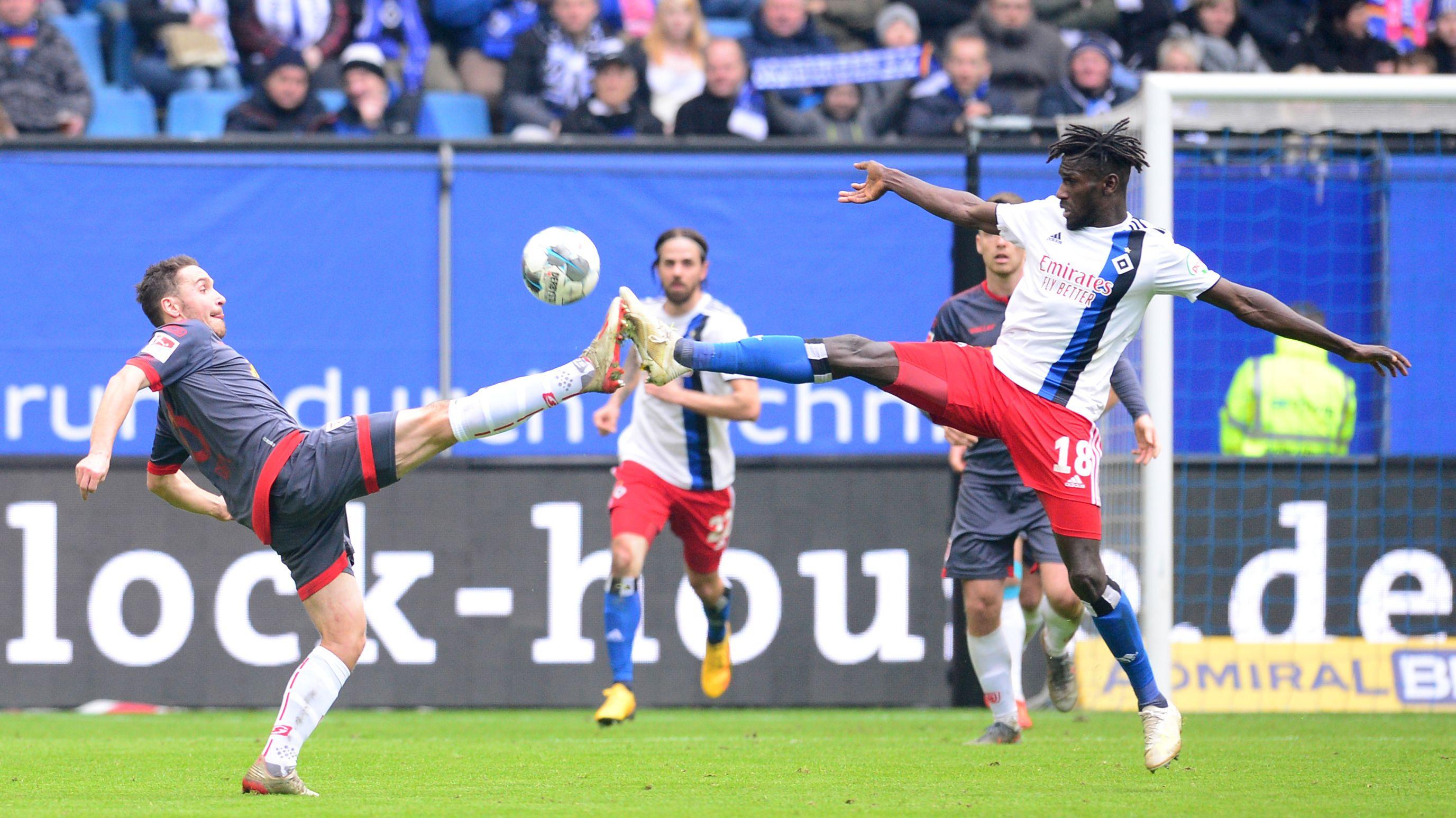 Gestreckt, aber nicht erfolgreich: der Jahn um Andreas Geipl (l.) verliert in Hamburg.