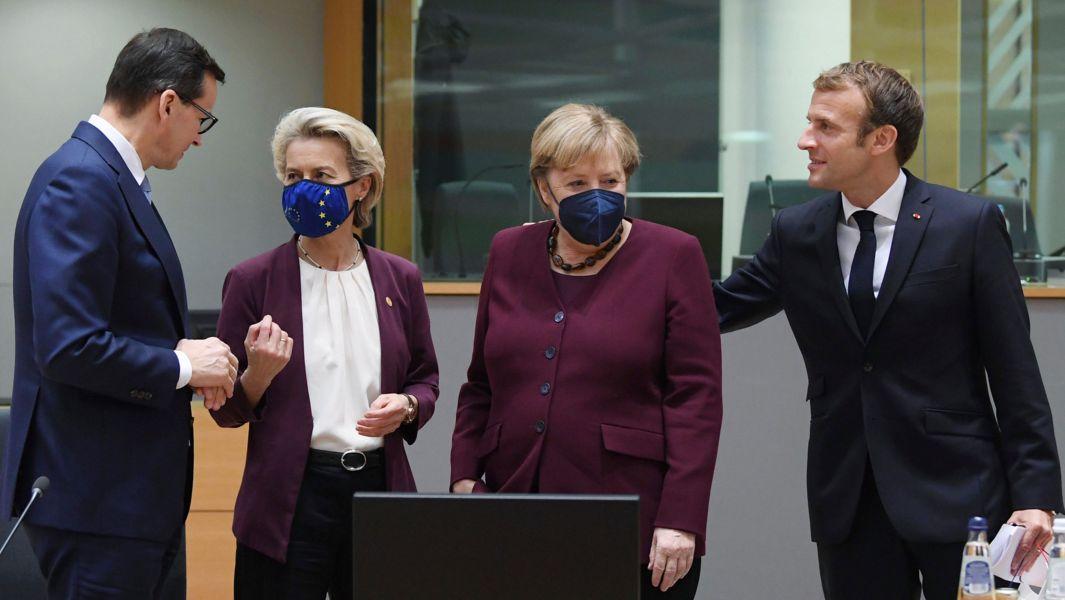 Mateusz Morawiecki, Ministerpräsident von Polen, Ursula von der Leyen, EU-Kommissionspräsidentin, Angela Merkel und Emmanuel Macron , Präsident von Frankreich am zweiten Tag eines EU-Gipfels.