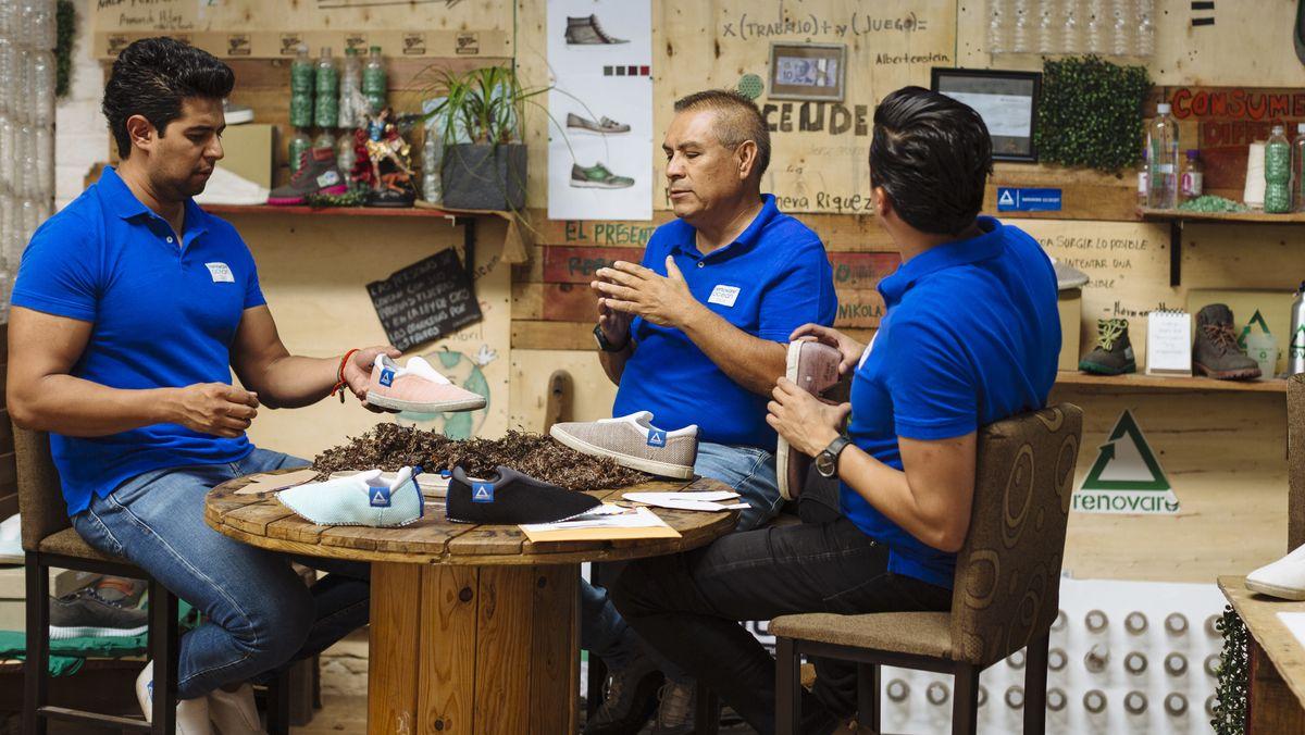 Mexiko, Leon: Jorge Castro (l-r), Benjamin Lopez und Mario Daniel Lopez von Renovare sprechen über die Produktion von Schuhen aus Algen. Castro und sein Team benutzen die Wasserpflanzen und alte Plastikflaschen zur Herstellung von Schuhen.