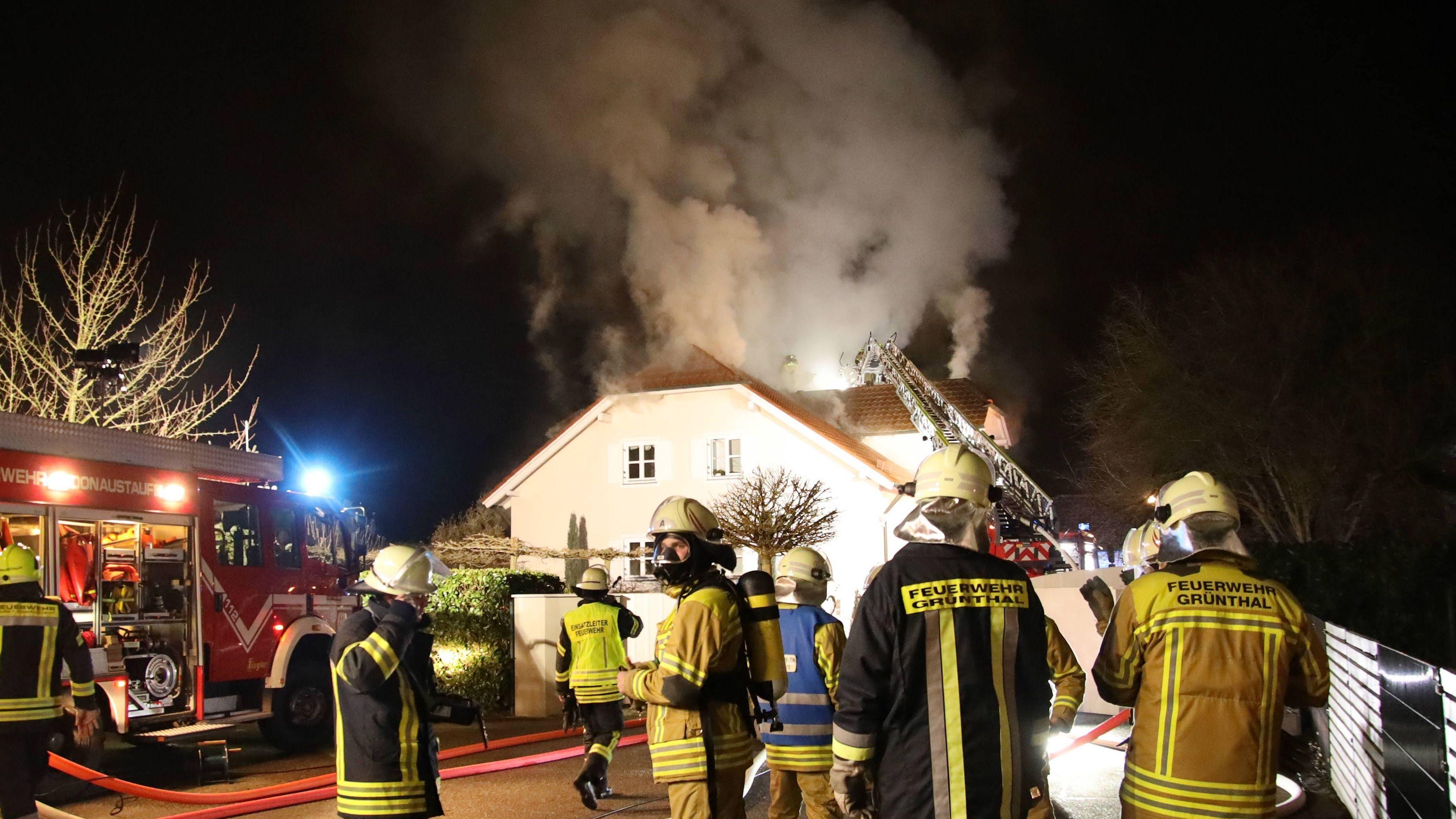 Feuerwehr mit Atemschutzgeräten bei Löscharbeiten in Tegernheim