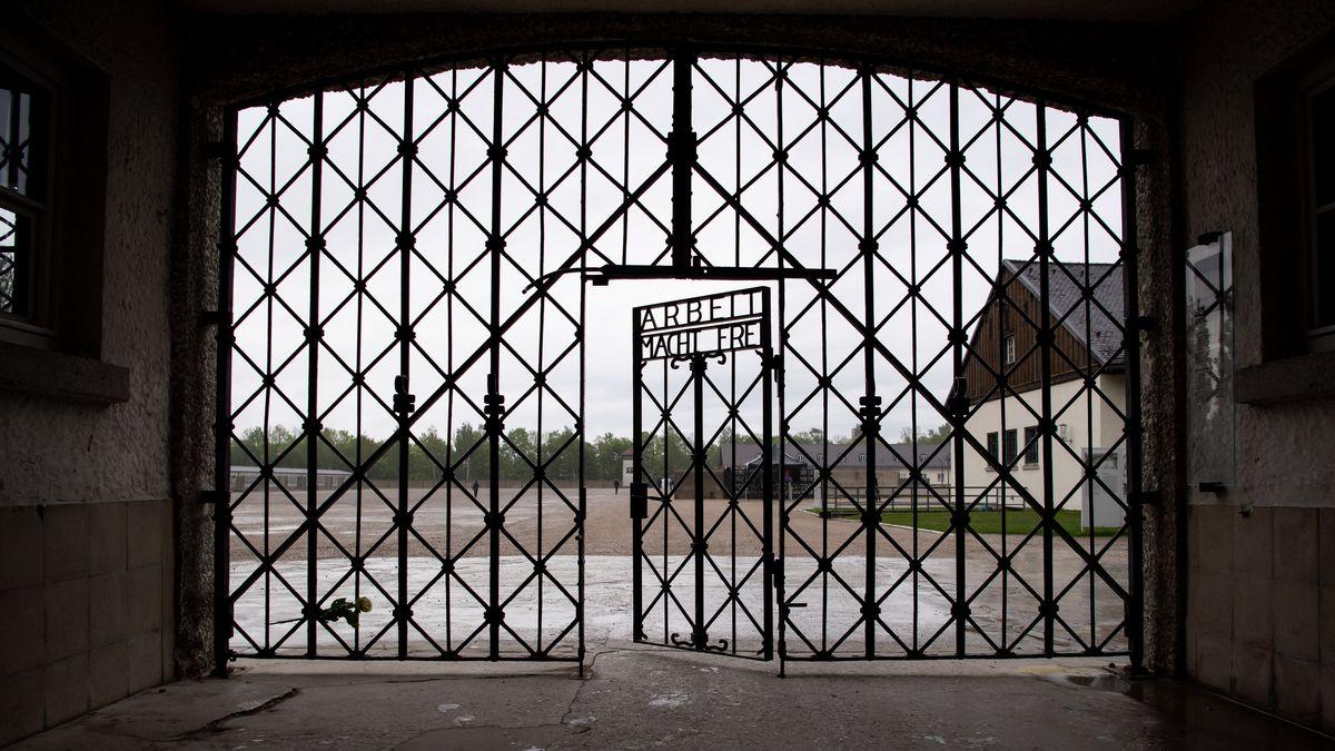 """Eingangstor mit der Inschrift """"Arbeit macht frei"""" an der Gedenkstätte des Konzentrationslagers Dachau"""