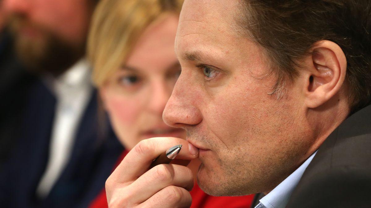 Katharina Schulze und Ludwig Hartmann, die beiden Fraktionsvorsitzenden der Grünen im bayerischen Landtag, sitzen bei einer Pressekonferenz.