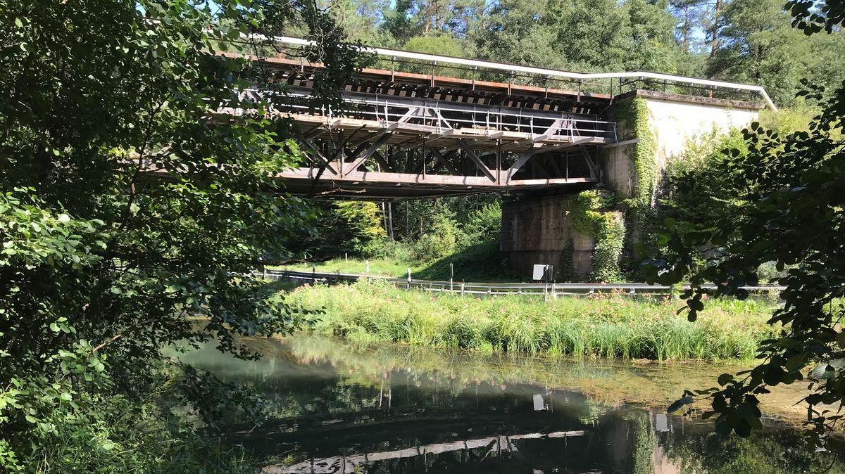 Zu sehen ist eine der Pegnitzbrücken mit einer historischen Stahlkonstruktion.