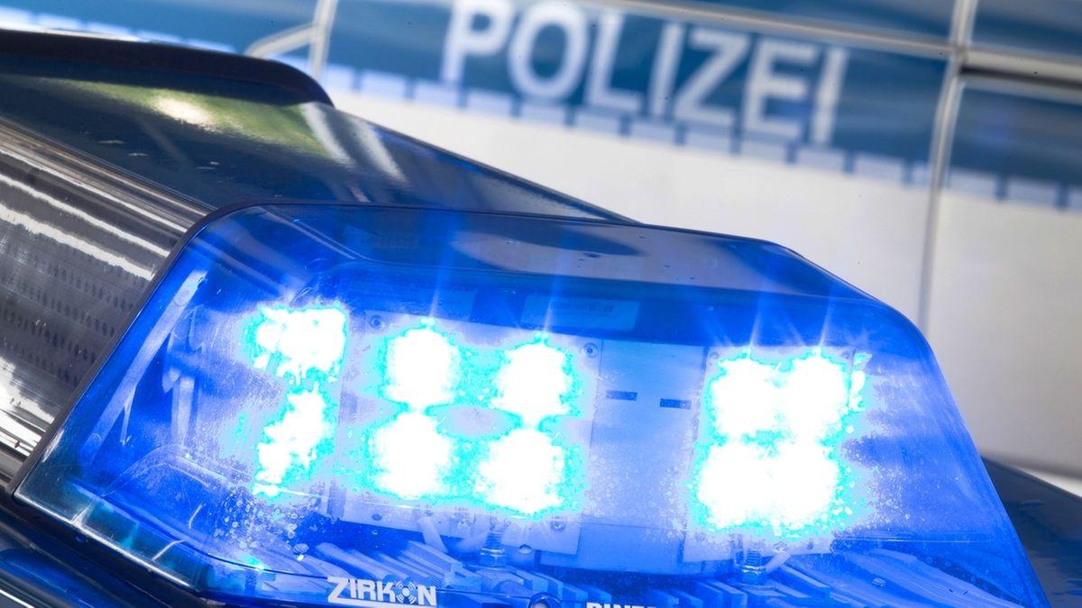 Blaulicht auf einem Polizei-Einsatzfahrzeug (Symbolbild)