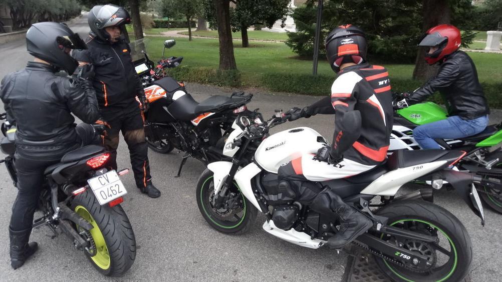 Mitglieder der Päpstlichen Schweizergarde nehmen an einem Sicherheitstraining für Motorradfahrer teil. Der Kurs wird vom deutschen Sicherheitstrainer Klaus Schwabe (2.v.l) aus Bayern geleitet.