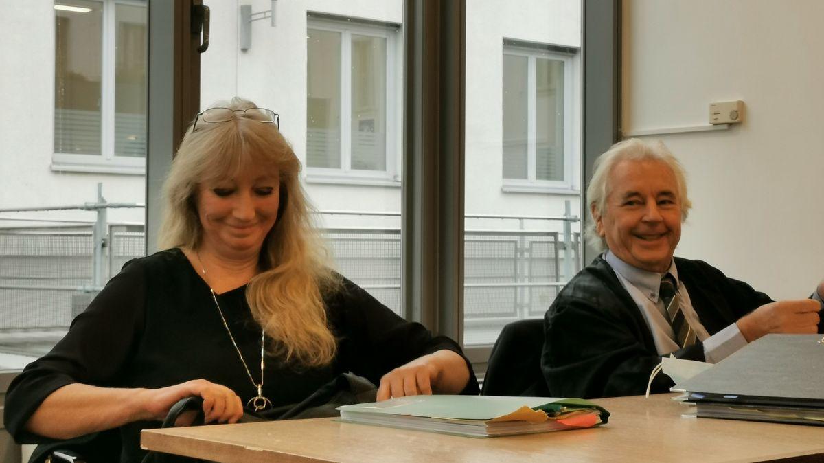 Sandra Bonnemeier am Tisch im Gerichtssaal zusammen mit ihrem Rechtsanwalt Hartmut Wächtler.