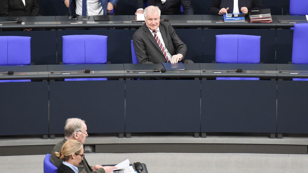 Bundestag: Horst Seehofer auf der Regierungsbank, schaut hinüber zur AfD-Fraktionsspitze
