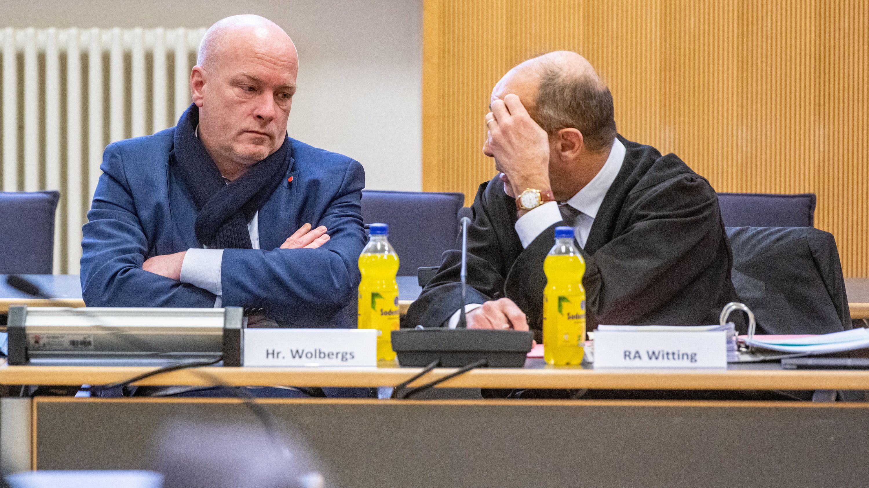 Joachim Wolbergs (l), suspendierter Oberbürgermeister von Regensburg, sitzt am 7. Februar 2020 im Verhandlungssaal im Landgericht neben seinem Rechtsanwalt Peter Witting. (Symbolbild)