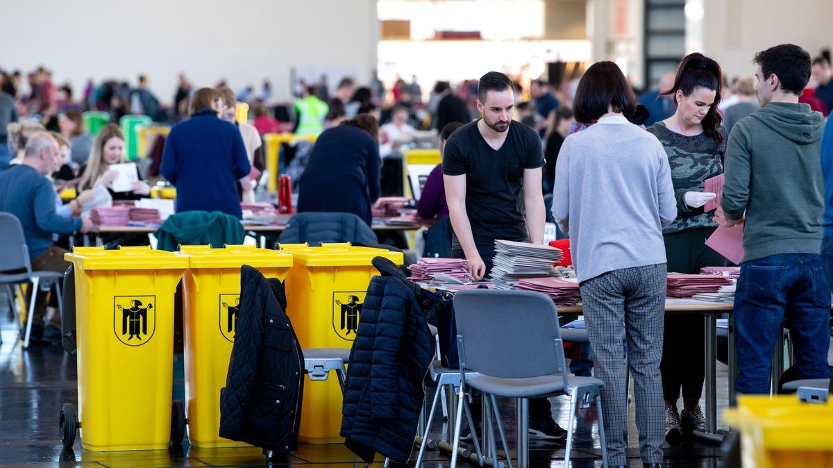 Wahlhelfer bereiten in einer Messehalle die Auszählung der Briefwahl vor. Inmitten der Corona-Krise finden die Kommunalwahlen in Bayern statt.