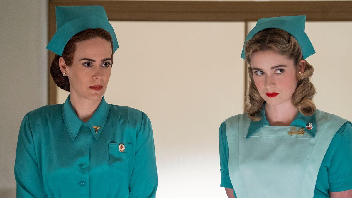 """Sarah Paulson als Mildred Ratched und Alice Englert als Schwester Dolly in der Serie """"Ratched"""""""