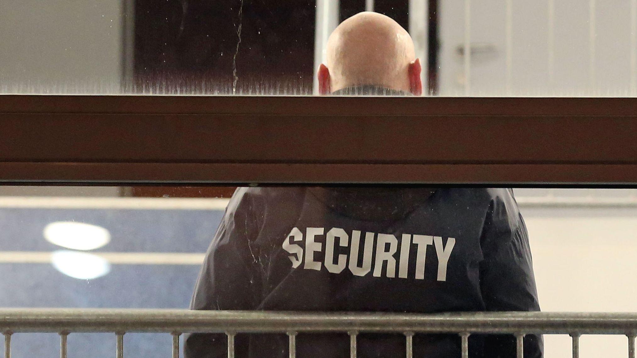 Ein Mitarbeiter einer Security-Firma steht in einem Treppenhaus (Symbolbild)