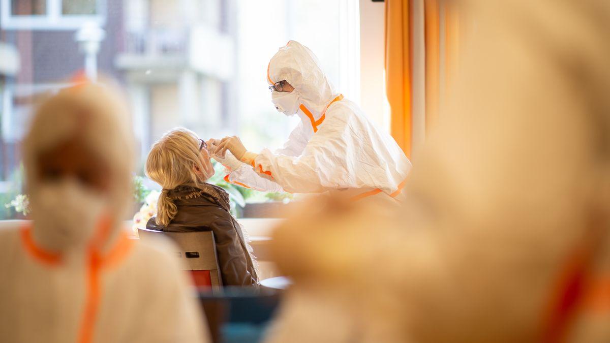 Frau mit Schutzanzug in einem Altenzentrum in Deutschland (Symbolbild)