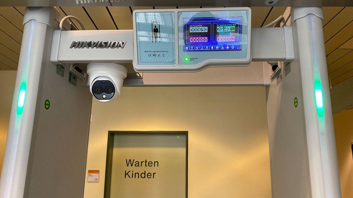 Futuristisches Fiebermessen - fast wie in einem Raumschiff