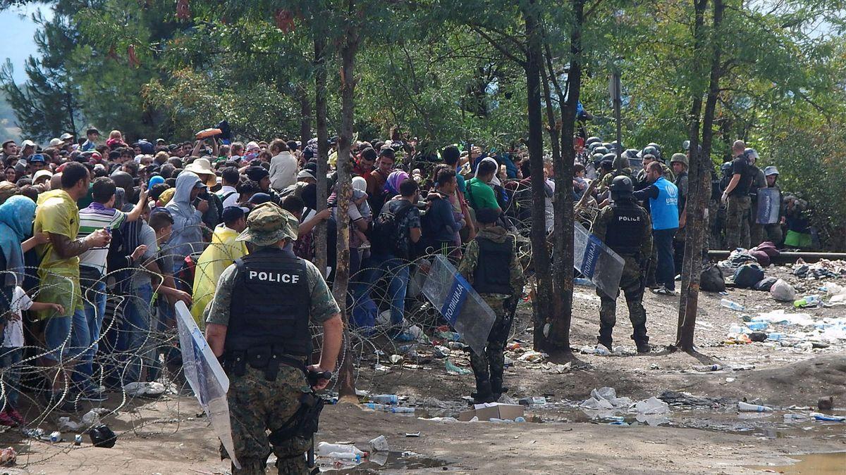 Flüchtlinge von Stacheldrahtzaun und Polizei zurückgehalten