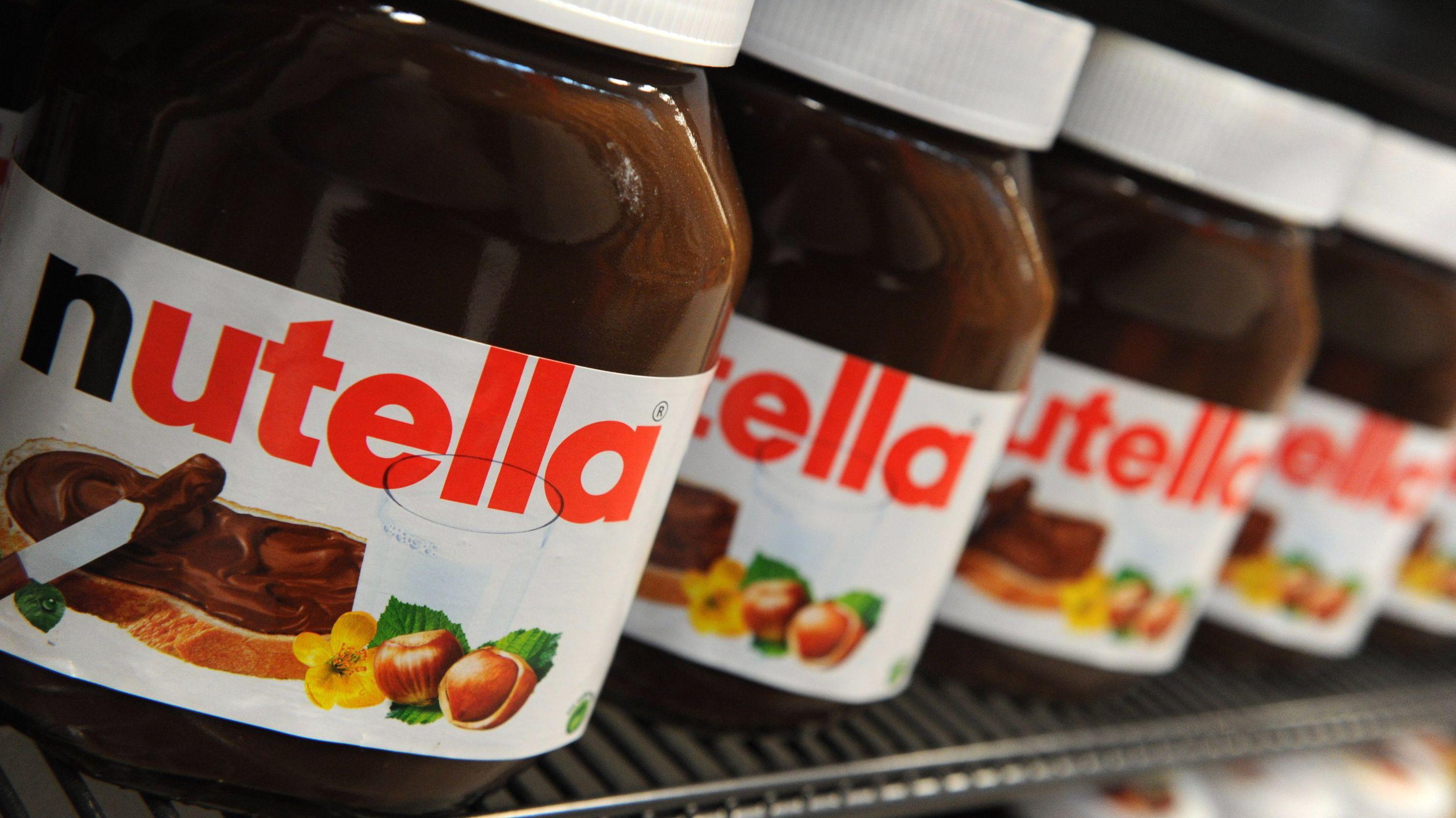 Nutella-Gläser im Supermarkt-Regal