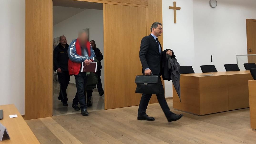 Der Angeklagte und sein Anwalt betreten den Gerichtssaal in Deggendorf