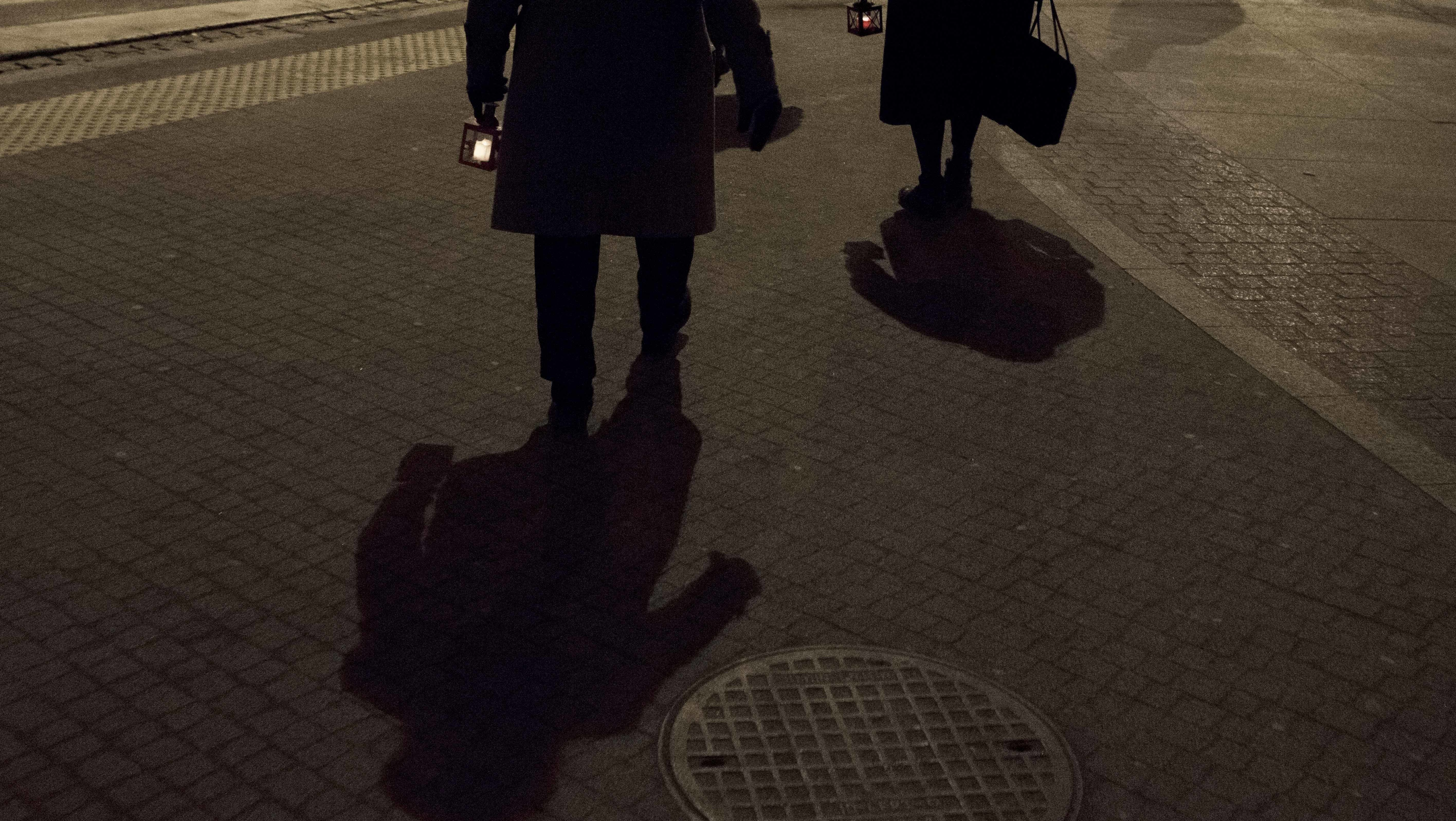 Ein schwarzer Schatten in der Nacht auf einer Straße
