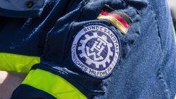 Das Symbol des Technischen Hilfswerks ist auf einer Jacke aufgestickt.  | Bild:picture alliance/ZUMAPRESS.com/Sachelle Babbar