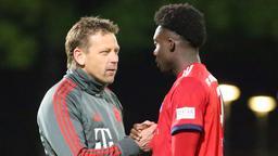 Holger Seitz (Trainer FC Bayern II, links) und Alphonso Davies | Bild:picture-alliance/dpa