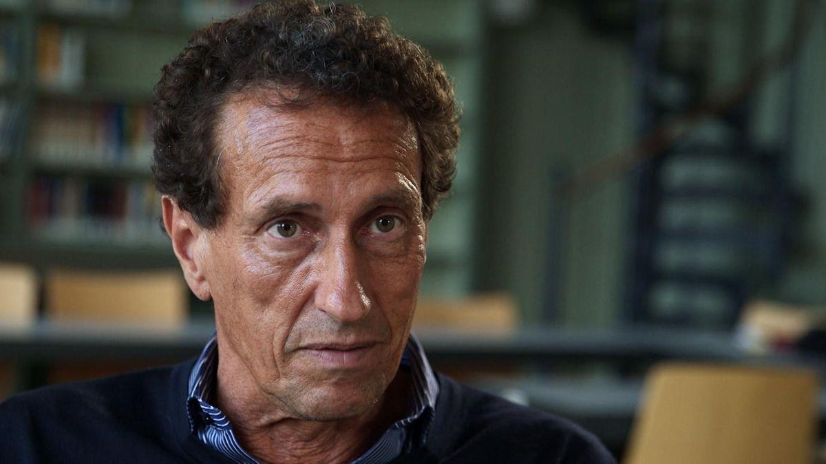 Der Philosoph Julian Nida-Rümelin im Portrait vor einer Bücherwand