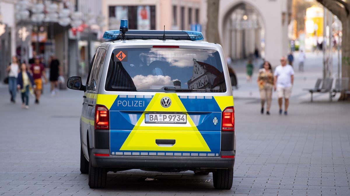 Ein Polizeiauto fährt durch die Münchner Fußgängerzone (Symbolbild)