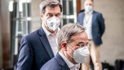 Markus Söder (CSU, hinten), Ministerpräsident von Bayern und CSU-Vorsitzender, neben Armin Laschet, CDU-Bundesvorsitzender und Ministerpräsident von Nordrhein-Westfalen.   Bild:pa/dpa/Michael Kappeler