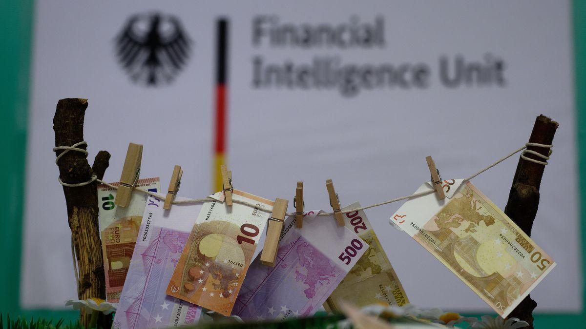Modell mit gewaschenen Geldscheinen auf einer Leine bei einer Pressekonferenz der Financial Intelligence Unit (FIU)