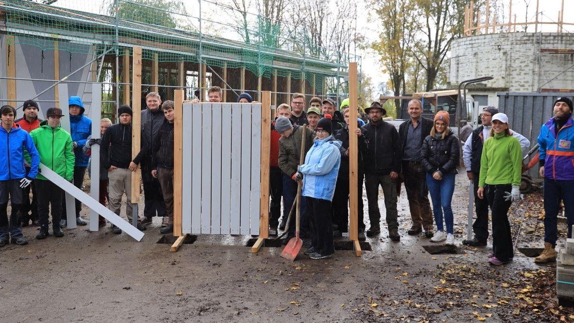 Zimmermann Lehrlinge und Jugendliche der Lebenshilfe bauen altes Klärwerk um