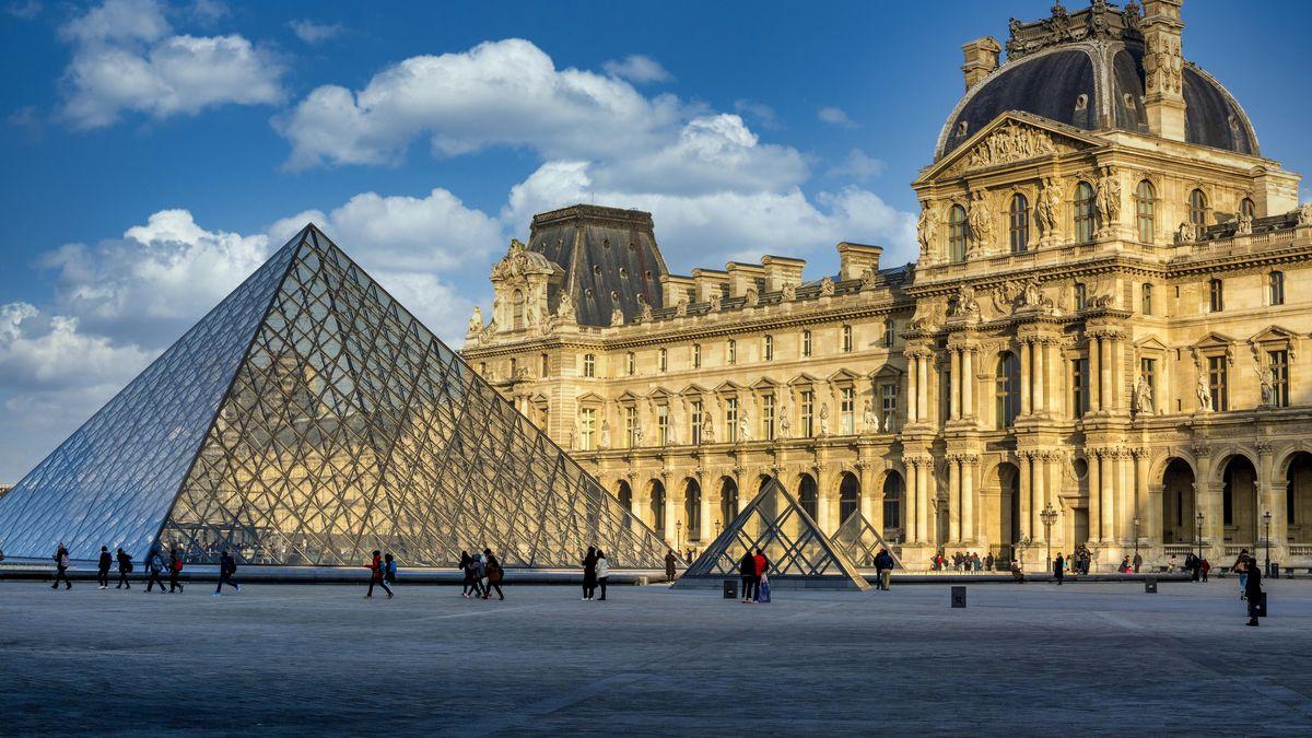 Der Louvre in Paris von außen