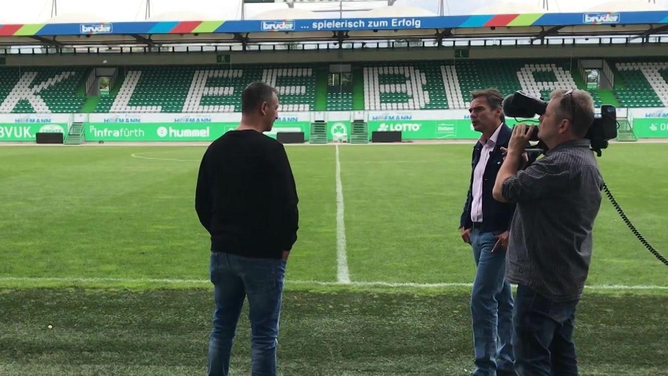 Fürths Sportdirektor Rachid Azzouzi im Gespräch mit BR-Reporter Dominik Vischer.