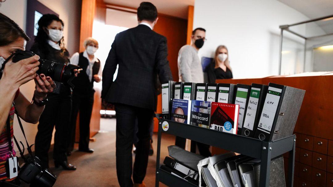 Berlin: Akten werden in den Sitzungssaal des Untersuchungsausschusses des Bundestags zum Bilanzskandal Wirecard gebracht.