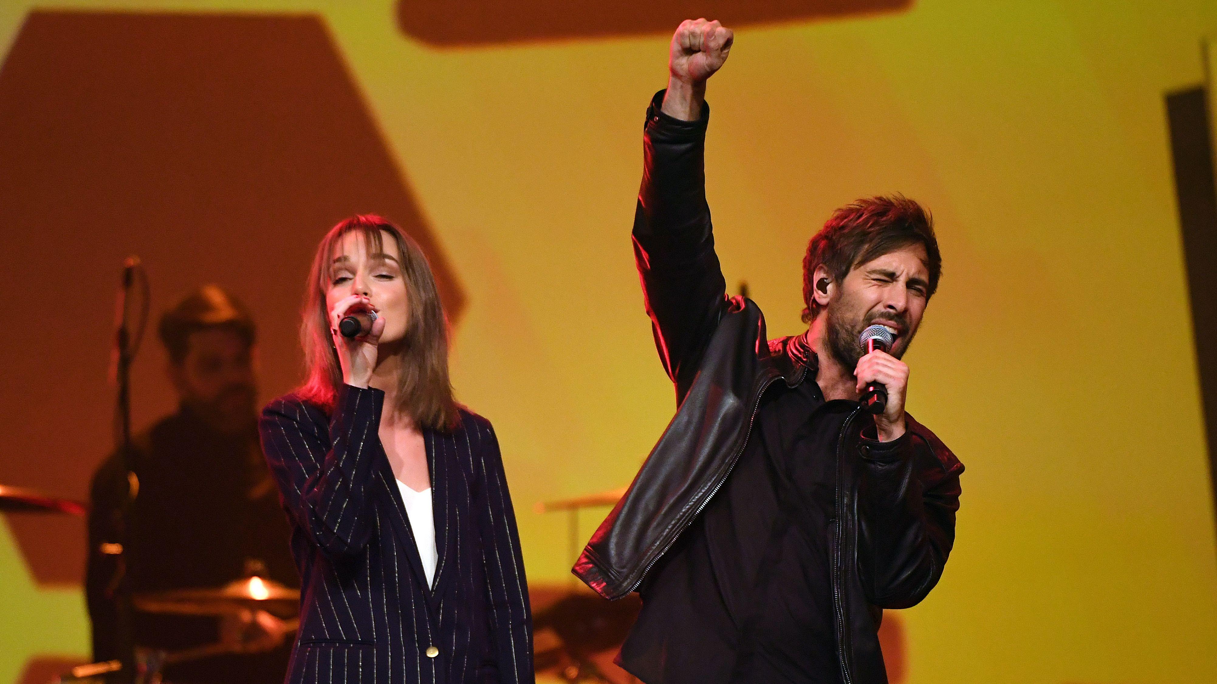 Sängerin Lotte und Sänger Max Giesinger singen beide auf einer Bühne.