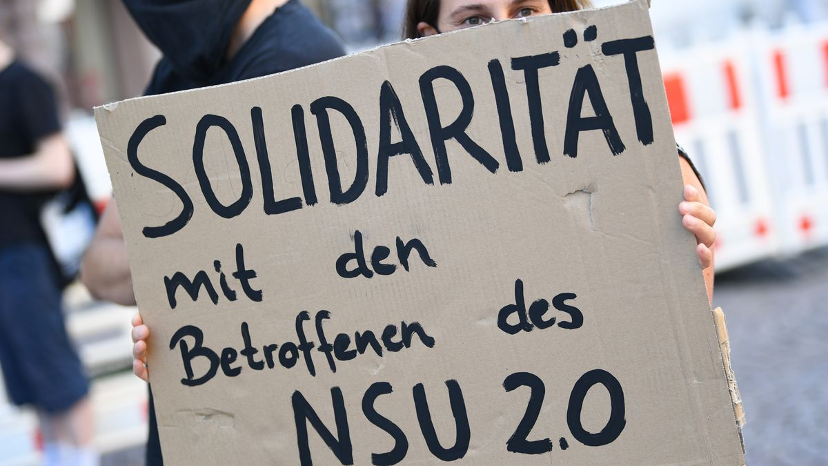 """Ein Demonstrantin hält während einer Kundgebung ein Plakat mit der Aufschrift """"Solidarität mit den Betroffenen des NSU 2.0""""-"""