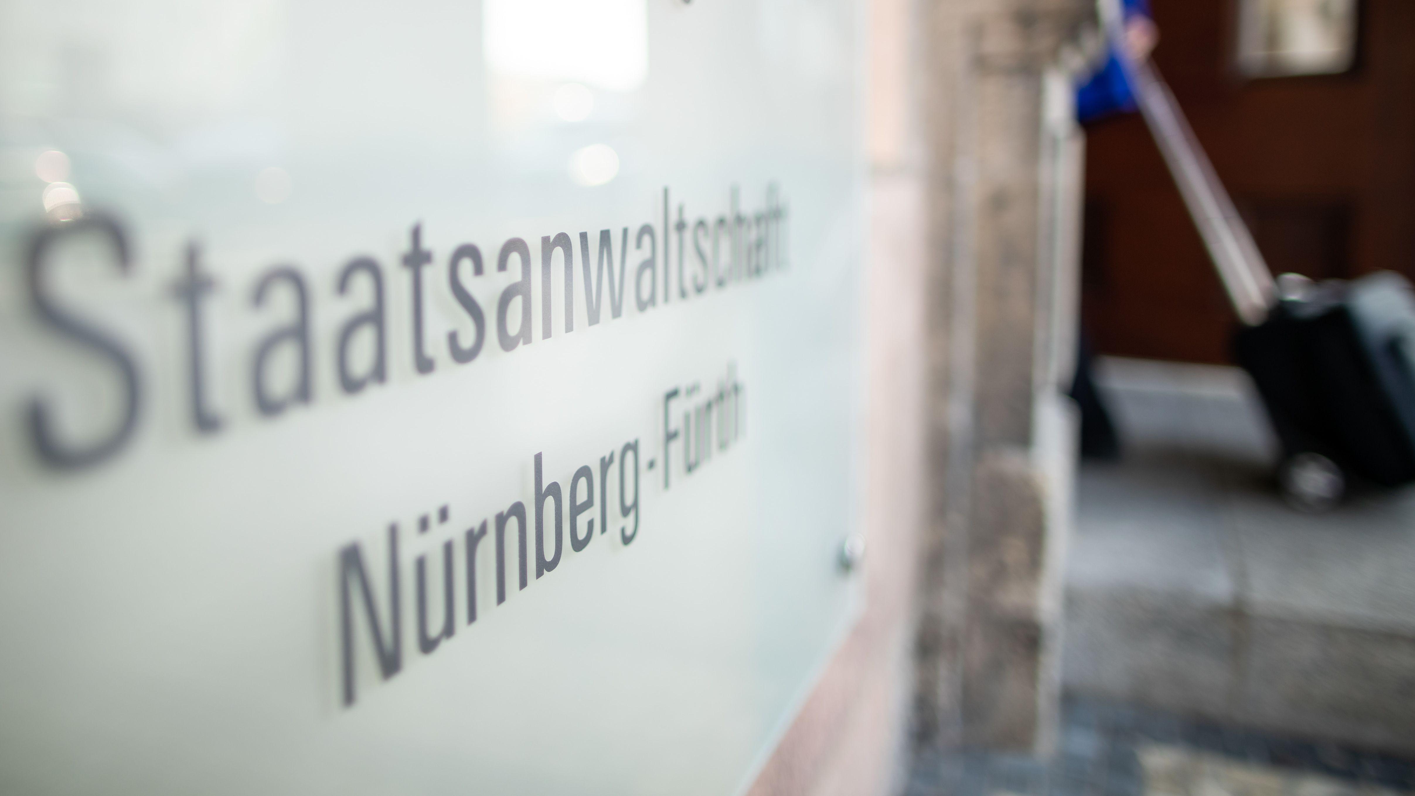 """Nürnberg: """"Staatsanwaltschaft Nürnberg-Fürth"""" steht auf einem Schild am Eingang des Gerichts-Gebäudes"""