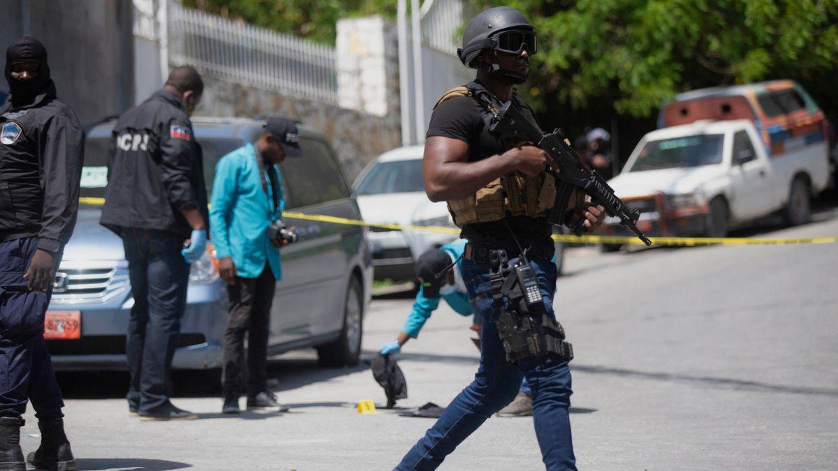 Sicherheitskräfte untersuchen die Umgebung der Residenz des haitianischen Präsidenten Moïse.