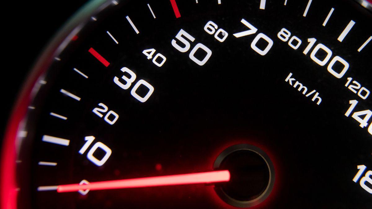 Eine Geschwindigkeitsanzeige in einem Auto
