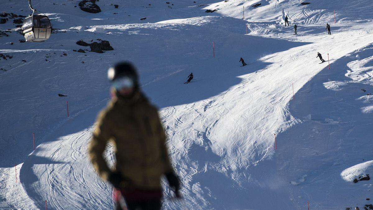 Skipiste mit mehreren Skifahren