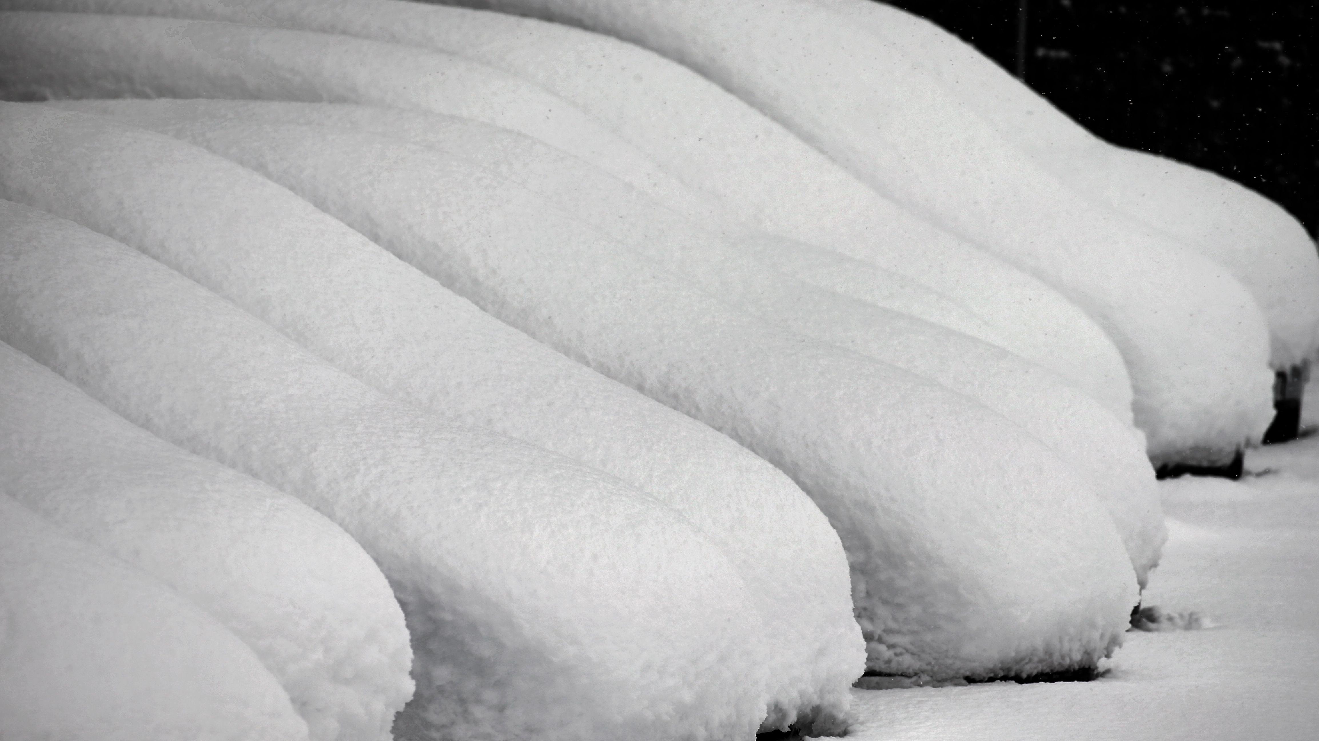 Schneebedeckte Autos